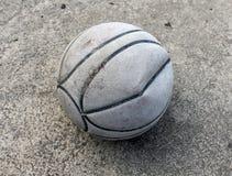 Vecchia pallacanestro sulla terra Immagini Stock Libere da Diritti
