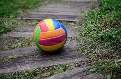 Vecchia pallavolo indossata Fotografie Stock Libere da Diritti