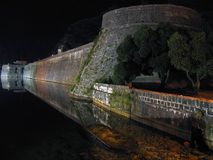 Vecchia parete alla notte fotografia stock
