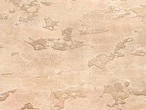 Vecchia parete arancio coperta di gesso irregolare Struttura della superficie misera d'annata del mattone della sabbia, primo pia Fotografia Stock
