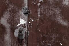 Vecchia parete arrugginita del garage del metallo fotografia stock libera da diritti