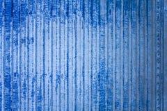 Vecchia parete avariata blu bianca del recinto del metallo con i danni ed i ribattini Righe verticali Struttura della superficie  immagini stock