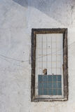Vecchia parete bianca con una finestra Fotografia Stock Libera da Diritti