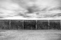 Vecchia parete in bianco e nero con le nuvole Immagini Stock