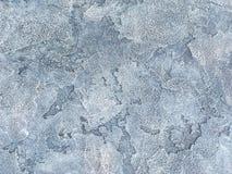 Vecchia parete blu coperta di gesso irregolare Struttura della superficie d'argento misera d'annata della pietra, primo piano Immagini Stock Libere da Diritti