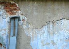 Vecchia parete con gesso e lo sfiatatoio damadged immagine stock