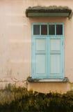 Vecchia parete con la finestra verde Fotografia Stock
