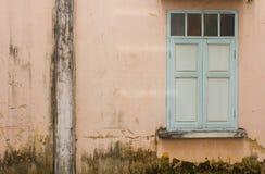 Vecchia parete con la finestra verde Immagine Stock Libera da Diritti