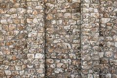 Vecchia parete con molte piccole e grandi pietre Immagine Stock Libera da Diritti
