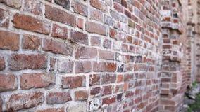 Vecchia parete con muratura antica, fondo del mattone stock footage
