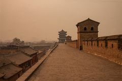 Vecchia parete con ogni le torri che circondano la citt? antica di Ping Yao Immagine sparata un giorno nebbioso con smog che vien immagine stock