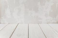 Vecchia parete del gesso con il pavimento di legno bianco, primo piano fotografia stock