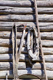 Vecchia parete del granaio con gli strumenti di agricoltura dell'annata Fotografia Stock