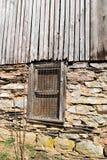 Vecchia parete del granaio con la finestra fotografia stock libera da diritti