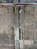 Vecchia parete del recinto del mattone della natura e vecchia struttura concreta dei pali immagini stock libere da diritti
