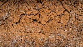 Vecchia parete dell'argilla, capanna del fango, argilla incrinata fotografie stock