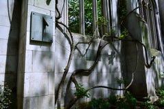 Vecchia parete della chiesa con l'orologio del sole su  Immagini Stock