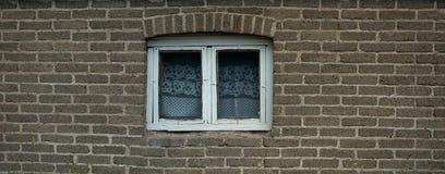 Vecchia parete delle mattonelle con la finestra Immagini Stock Libere da Diritti