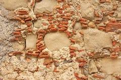 Vecchia parete di grandi e piccole pietre Terracotta e pietre beige Fondo di terracotta Fondo di vecchie pietre di terracotta per immagini stock