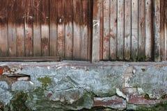 Vecchia parete di legno con il seminterrato screpolato fotografia stock