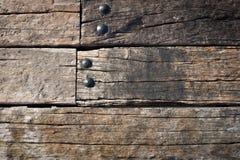 Vecchia parete di legno di lerciume e dado rotondo del metallo Fotografia Stock