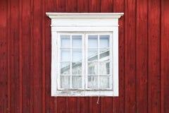 Vecchia parete di legno rossa con la finestra Fotografia Stock