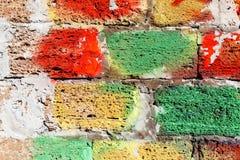 Vecchia parete di pietra bianca con pittura variopinta immagine stock libera da diritti