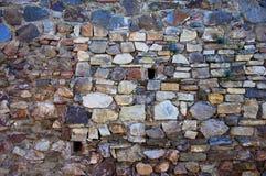 Vecchia parete di pietra con due piccole finestre immagine stock libera da diritti