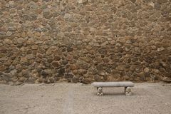 Vecchia parete di pietra con il banco Fotografie Stock Libere da Diritti