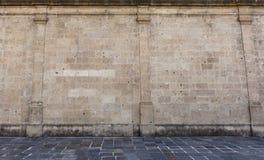 Vecchia parete di pietra del castello da una vecchia via di pietra immagine stock
