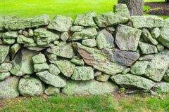 Vecchia parete di pietra muscosa Nuova Inghilterra Padnaram Dartmouth Massachusett Immagini Stock Libere da Diritti