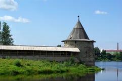 Vecchia parete di Pskov Kremlin fotografia stock