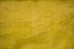 Vecchia parete di struttura gialla con le crepe Immagini Stock Libere da Diritti