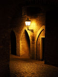 Vecchia parete e luce di mattoni rossi che appendono sulla parete notte arco Fortezza Immagine Stock Libera da Diritti