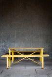 Vecchia parete e tabella gialla con un banco immagini stock libere da diritti