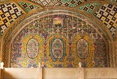Vecchia parete esteriore del mosaico al palazzo di Golestan fotografia stock libera da diritti