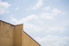 Vecchia parete gialla il chiaro giorno Immagini Stock Libere da Diritti
