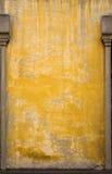 Vecchia parete gialla italiana con gli alberini. immagini stock libere da diritti