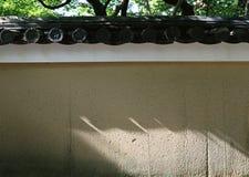 Vecchia parete giapponese con fondo d'annata del dettaglio di conclusione del tetto il retro immagini stock