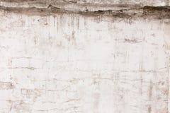 Vecchia parete grigia con le crepe e la sporcizia, fondo immagine stock