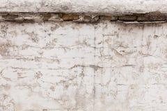 Vecchia parete grigia con le crepe, fondo Copi lo spazio fotografia stock libera da diritti
