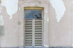 Vecchia parete incrinata con la finestra Fotografia Stock Libera da Diritti