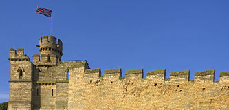 Vecchia parete inglese della città con la bandierina Fotografie Stock