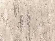 Vecchia parete marrone chiaro coperta di gesso irregolare misero Struttura della superficie della pietra del bronzo dell'annata,  Immagini Stock