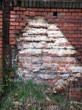Vecchia parete nociva con i mattoni Immagine Stock