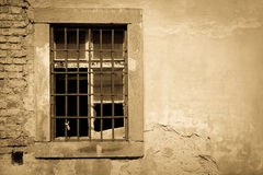 Vecchia parete nociva con una finestra esclusa Fotografia Stock Libera da Diritti
