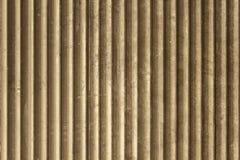 Vecchia parete polverosa sporca marrone grigia del metallo della feritoia con le linee verticali Struttura della superficie ruvid fotografia stock libera da diritti