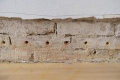 Vecchia parete rovinata in vecchio piano con la preparazione per isolamento fotografia stock libera da diritti