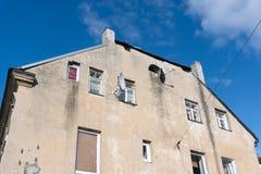 Vecchia parte anteriore della casa con i riflettori parabolici Fotografia Stock