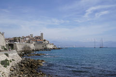 Vecchia passeggiata della città di Antibes, Riviera francese immagini stock